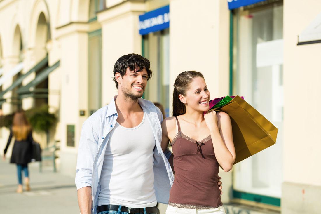 Young couple shopping in Munich